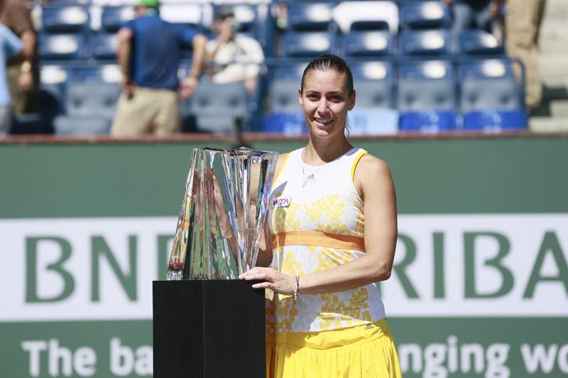 Pennetta con su trofeo de Indian Wells 2014