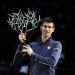 Foto Djokovic con su trofeo de París-Bercy