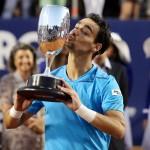 Foto Fognini besa trofeo en Viña 01 b