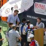 Istomin autografos niños Dubai 02 b