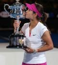 Foto Li con trofeo de campeona Open Australia
