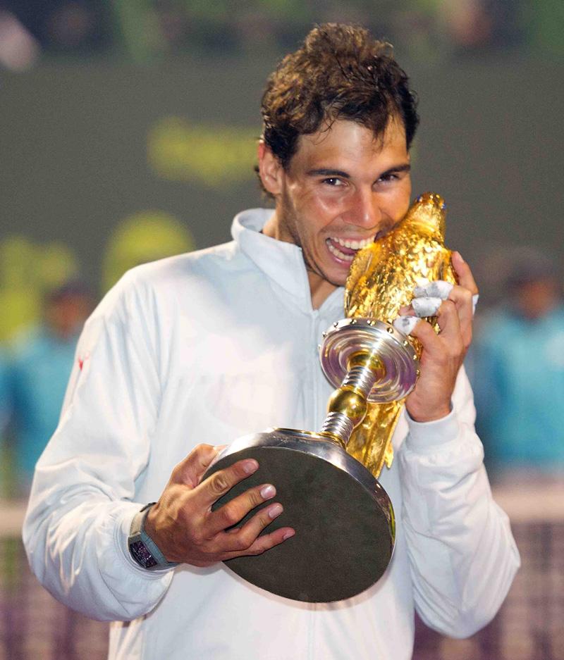 Nadal con trofeo de Doha 2014 01 b