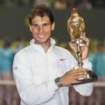 Rafa Nadal muestra trofeo Doha 2014