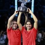 Trofeo en alto de los campeones de dobles 01 b