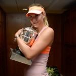 Sharapova con trofeo roland garros vestuario