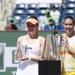 Pennetta y Radwanska con sus trofeos tras la final de Indian Wells 2014