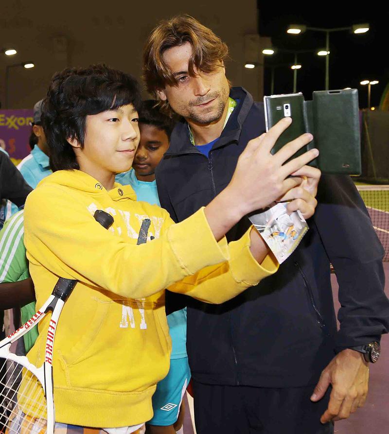 Ferrer con un seguidor Doha 2014 01 b