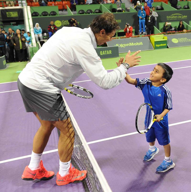 Rafa saluda a un futuro tenista Doha 2014 01 b